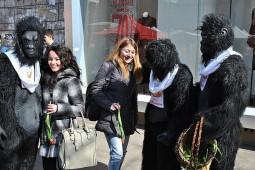 Ion Oncescu si gorilele au dat martisoare (6)