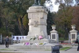 Stefan Cel Mare, in carje, cu piciaorele in Romania si statuia in RM